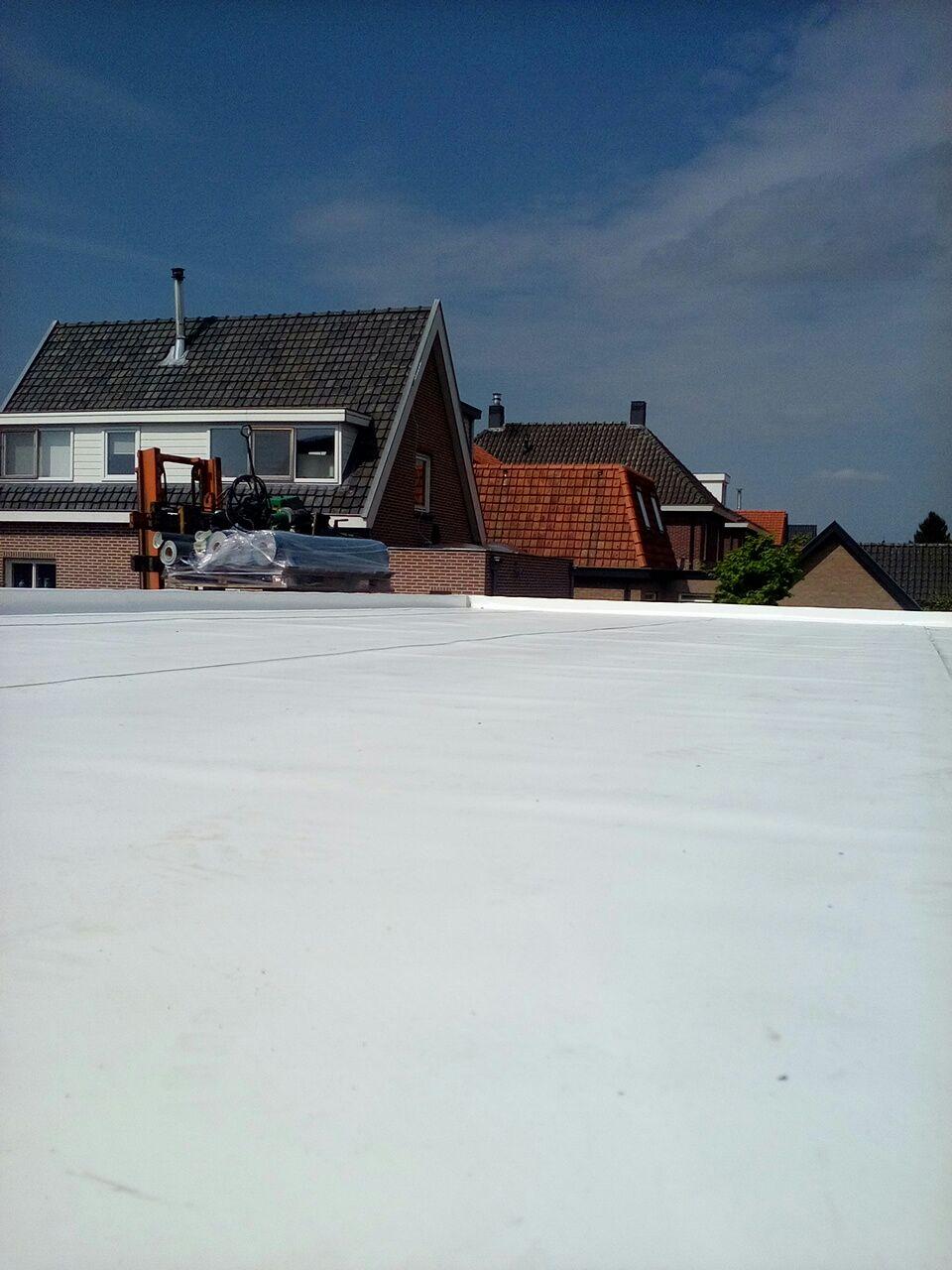 Een prachtig witte kunststofdakbedekking gelegd door de dakspecialist Leusden in Leusden zuid